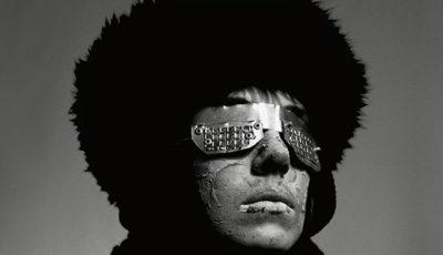 Autoportrait avec paire de lunettes pour évaluation des distances en terre froide. 1986. Photographie noir et blanc, 100 x 100 cm. Edition 1/1 + 1EA Collection du Cnap, inv.96376, Paris et E/A collection particulière