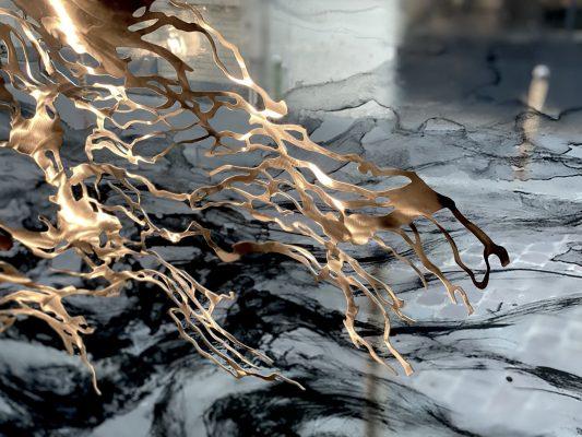 Cascade, découpes et vitrophanies, sculpture en inox